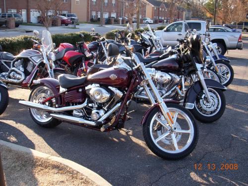 Beginilah Model Harley yang dibeli Tom... Fat Boy... namanya... Ban belakangnya lebar...