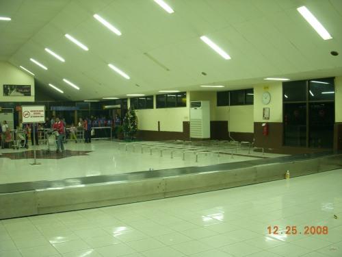 Bandara Polonia Medan .... tempat parkir Trolley kosong.... semua dikuasai oleh Porter Bandara ....